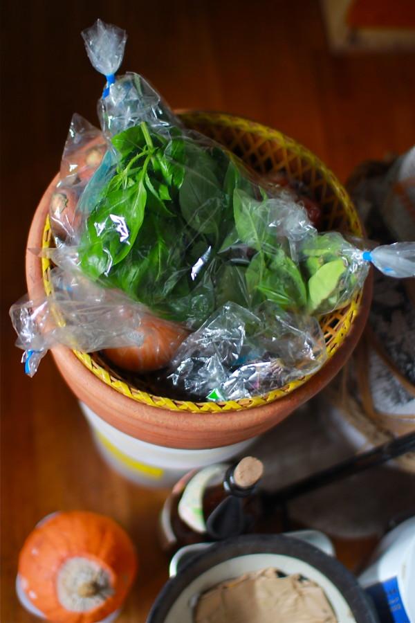 野菜はテラコッタ(素焼きの焼き物)に。底には炭を