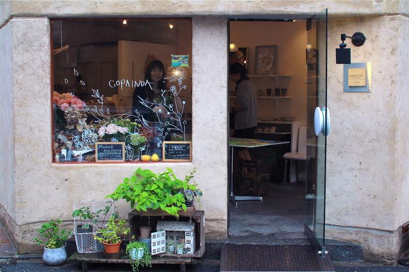 ギャラリーを訪ねると菊池さんが笑顔で迎えてくれた(東京•駒沢)