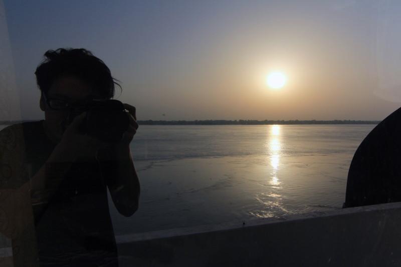 宿の部屋から朝起きてパチリと。ガンジス川から昇る朝日を毎日眺めていた
