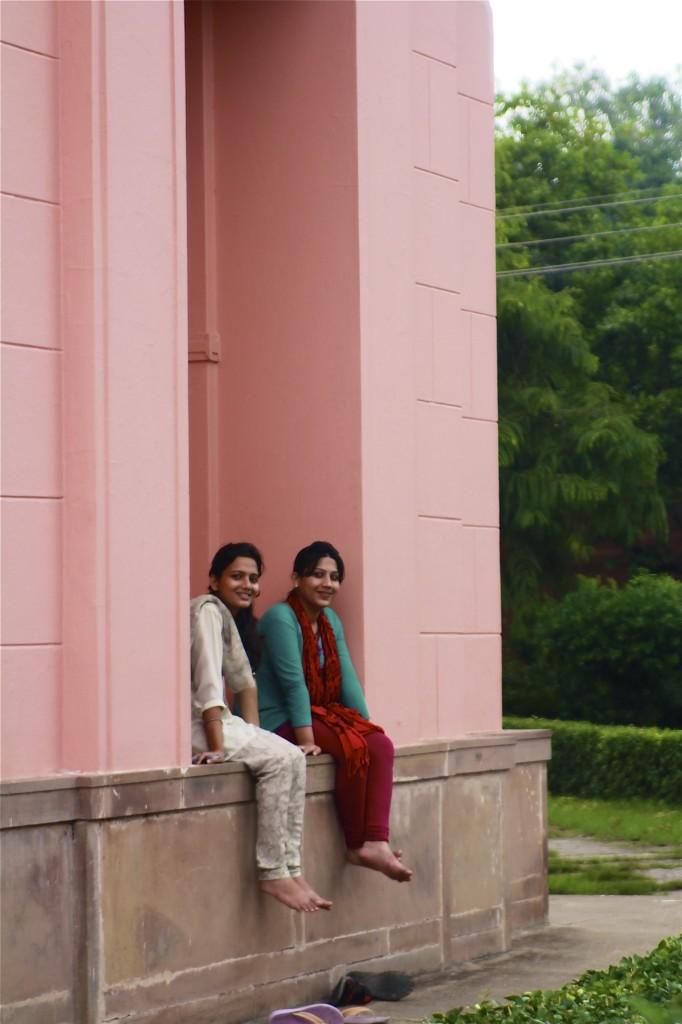 「写真? 照れますね」約100年の歴史があるアジア最大の大学、バラナシ・ヒンドゥー大学のキャンパスにて