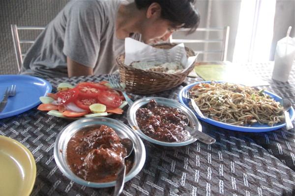 宿での初日。この後は、ずっとおかゆ生活でした。野菜サラダと酢豚っぽいものと焼きそばっぽいもの