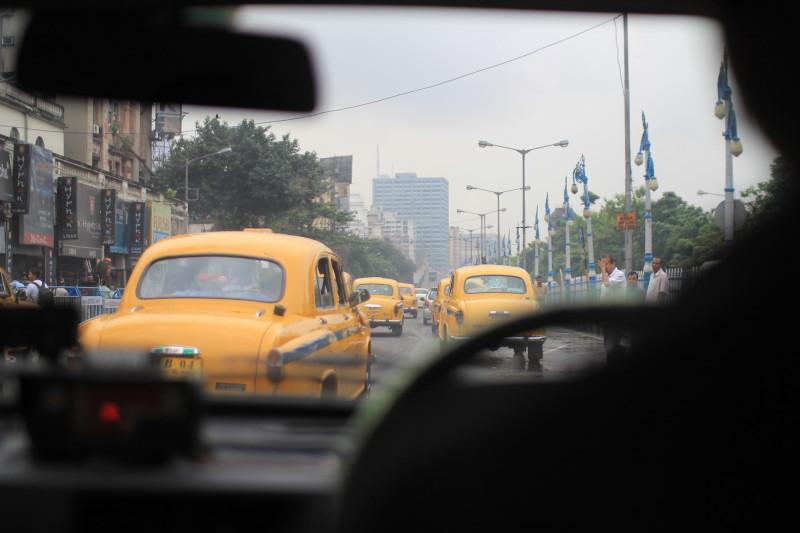 コルカタの街を走る。渋滞で止まると、オカマちゃんが来た