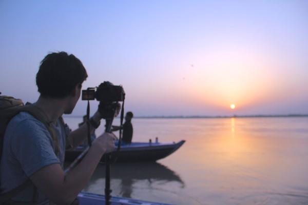 手漕ぎボートからガンジス川の朝日を撮影する