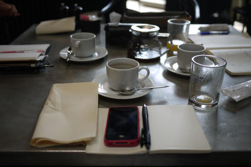 朝ごはんを食べながら3人で今日の流れを確認中