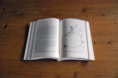 本を置いたまま展示できる透明の本