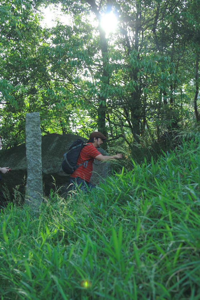 巨石の祀ってある山頂まで、結構登る!途中にも大きな石が。