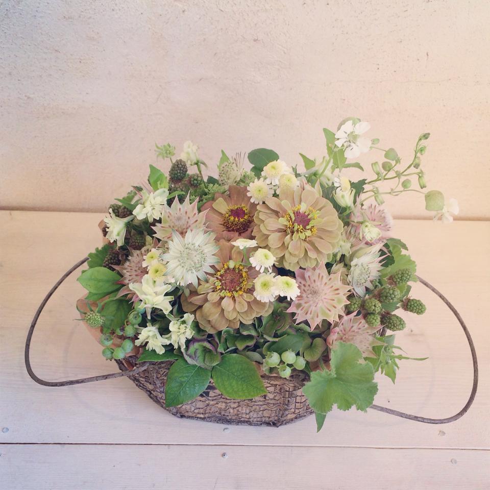 ひとつはアイアンのカゴに抑えた色味の花たちをレトロかわいい感じのイメージで。