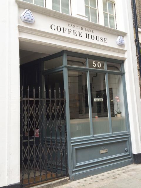 通りすがりのカフェ。週末で閉店していたので、中をジロジロ観てしまいました