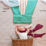 寝相アート。赤ちゃんが寝ているうちに撮影してしまう