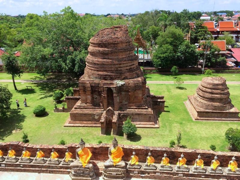 アユタヤ遺跡。バンコクの寺院は観光客でごった返しているのに比べて、アユタヤは人もそれほど多くなく、青空が広がって開放感満開。穏やかな空気の中、遺跡をゆっくり見て回れるのが◎