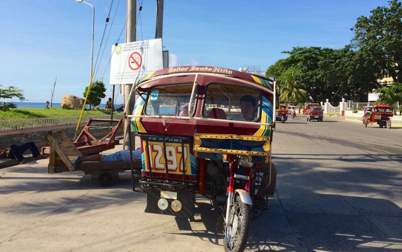 トライシクル。街中をたくさんのトライシクルが走っている。ドライバーさんも親切な人が多くて安心。乗り合いタクシーなので、他のお客さんと相乗りになることがよくあった