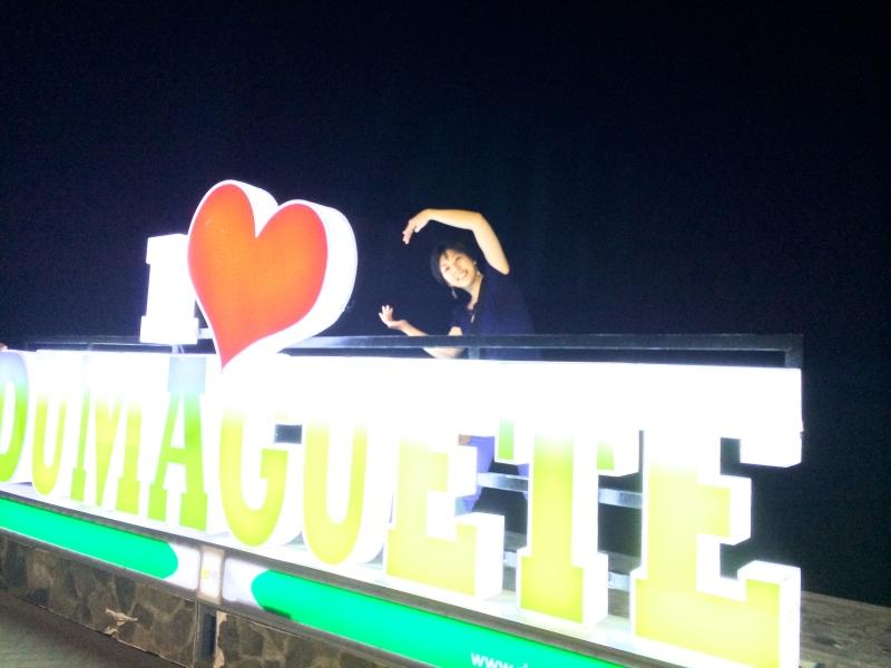 モニュメント。「I ♥︎ DUMAGUETE」のモニュメント前で記念にパチリ。ポーズを求められ、困った挙句なぜか「C」(笑)