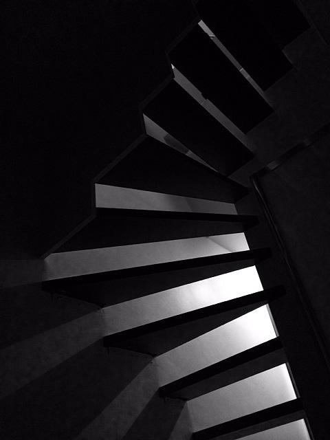 同じく課題の製作用写真。アパートの階段やブラインドから得られる光と影でビデオを作りました。