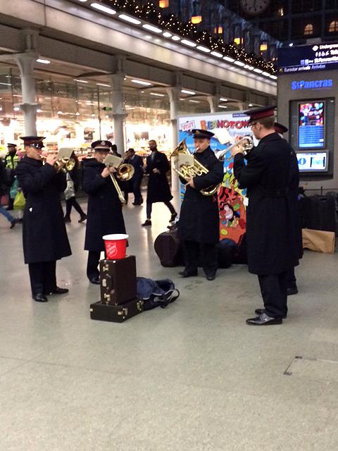 クリスマスになると、救世軍やボランティアの演奏をたくさん見られます。
