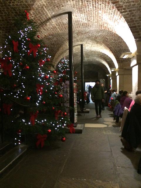 教会の下にあるカフェにもクリスマスツリーが。