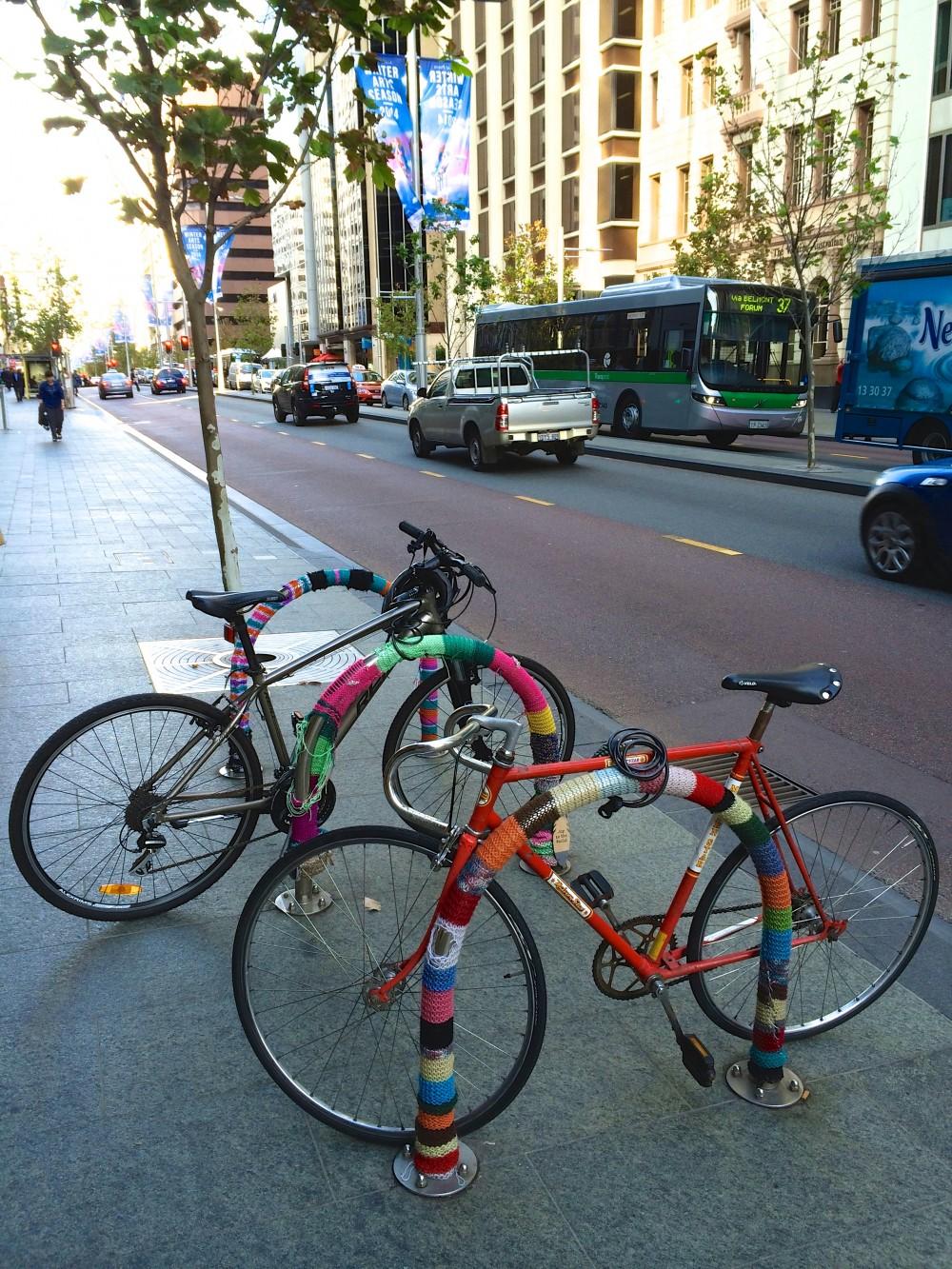 オシャレな街並み。街中のいたるところで、オシャレに停められた自転車を発見。パースは「アートの街」とも言われており、たくさんのオブジェなども目にすることができる