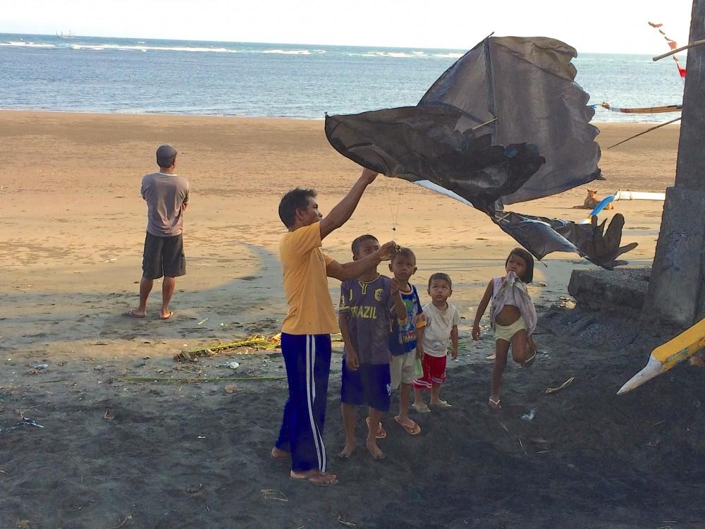 浜辺で凧揚げ。兄貴邸の近くを散歩しているときに、現地の子どもたちが凧揚げを楽しんでいる様子を目にした。バリの田舎の方では、凧揚げが流行っているようだった