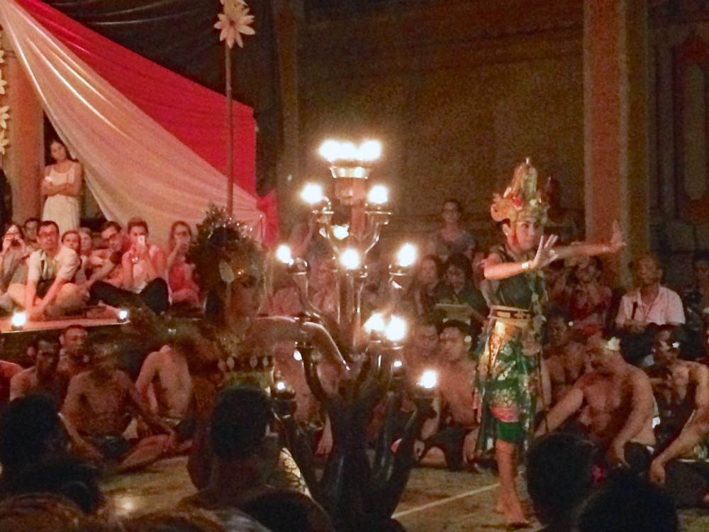 ケチャダンス。バリの伝統舞踊。何十人もの男性が「ケチャ」「ケチャ」と言いながら踊る姿は何とも言えない感じだった(笑)。女性の踊り子さんは衣装も美しく、踊りも上手だった