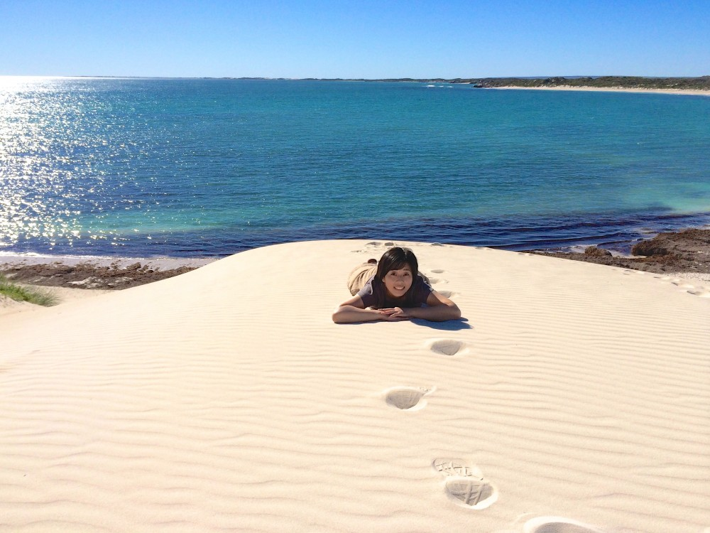 砂漠で砂遊び。キラキラの海とサラサラの砂にテンションMAX!本当はもっとギリギリ先まで行きたかったけれど、ビビリなのでここまでが限界(笑)