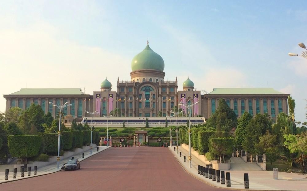 プトラジャヤという行政都市に置かれている。プトラジャヤはマレーシアを代表する近未来都市で、とても美しく整備されており、マレーシアのポテンシャルがひしひしと感じられた。