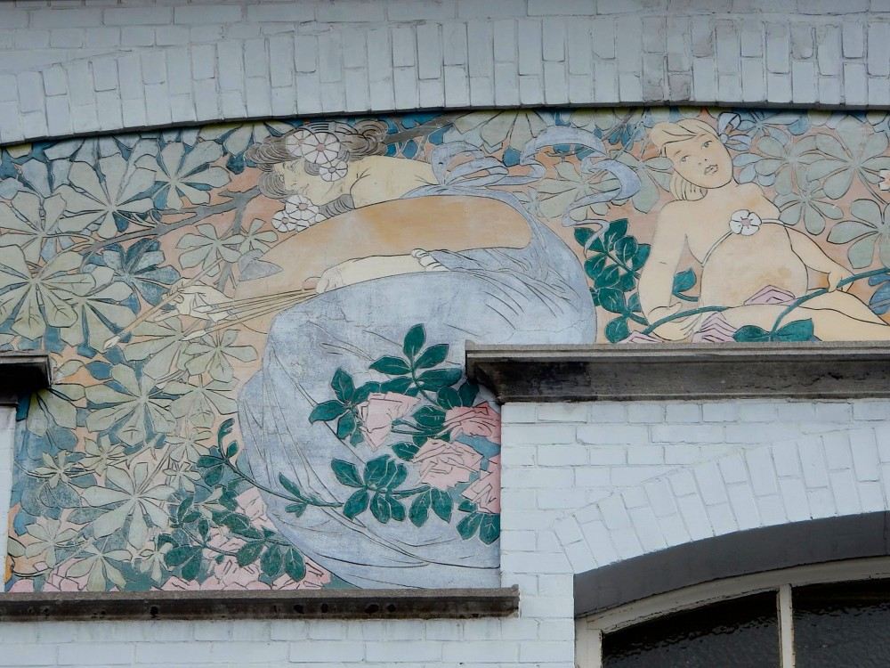 これがズグラフィート。街を美術館にしようという発想から、外壁にズグラフィートをはじめとする装飾を施しました