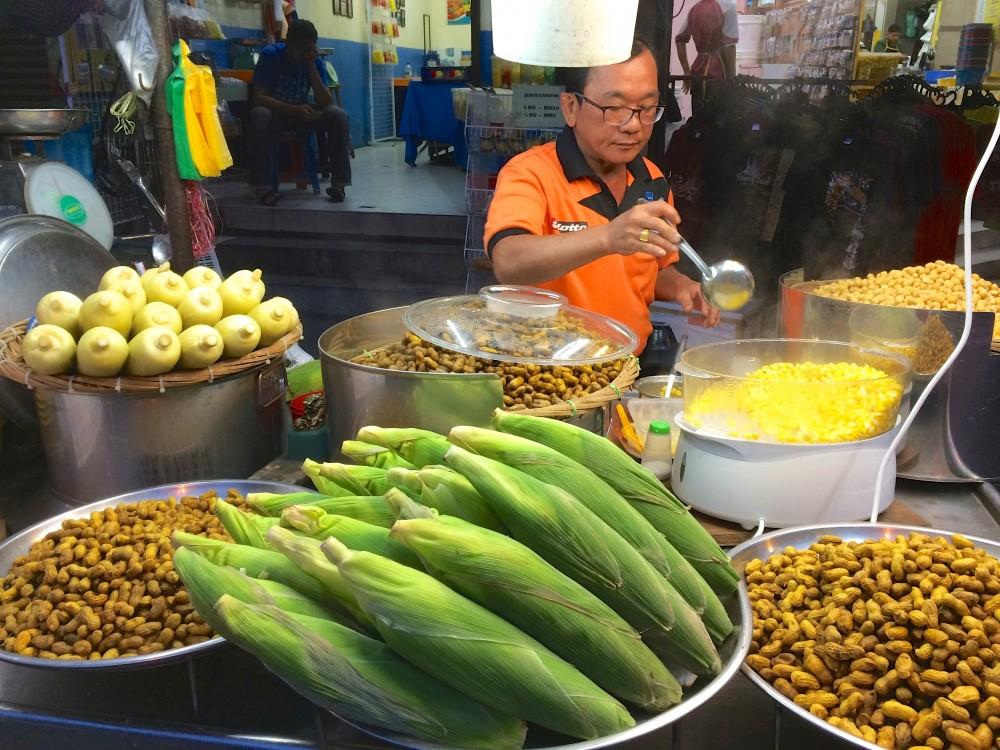 ペナン島はマレーシアの中でも美食の街として名高い。食べ歩きするだけでも楽しめる。ちょっと小腹が空いたのでトウモロコシを食べた。