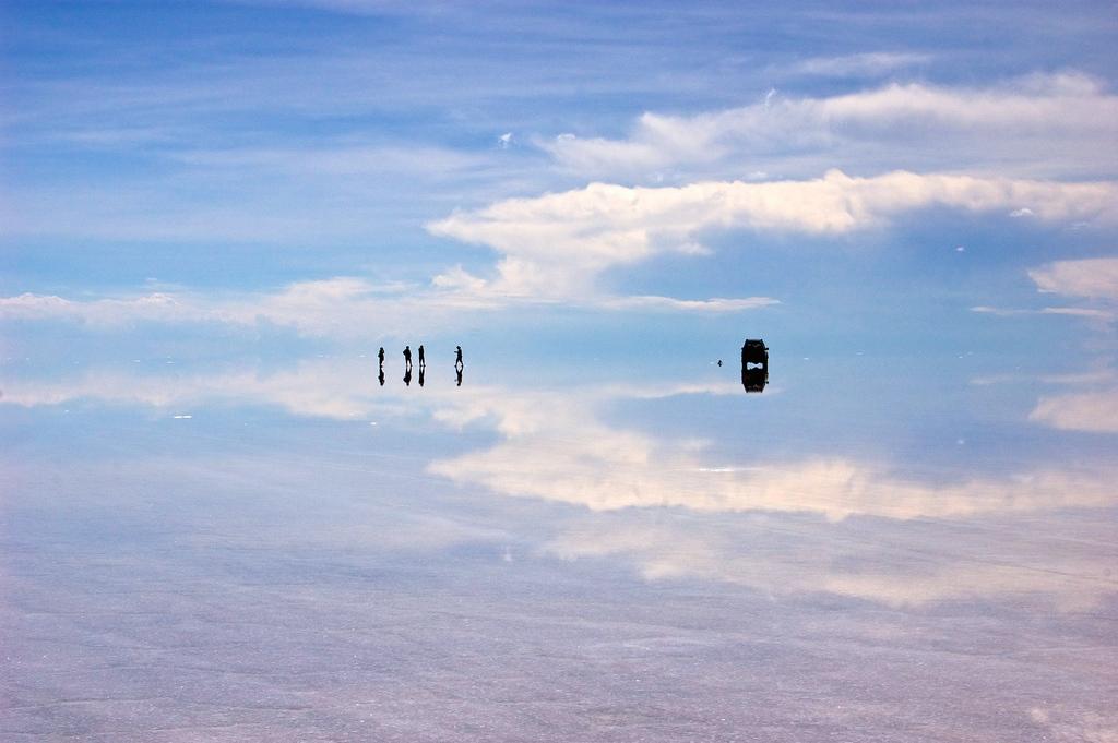 ウユニ塩湖。5〜50㎝ほどの浅い湖がずっと続く。四国の半分くらい
