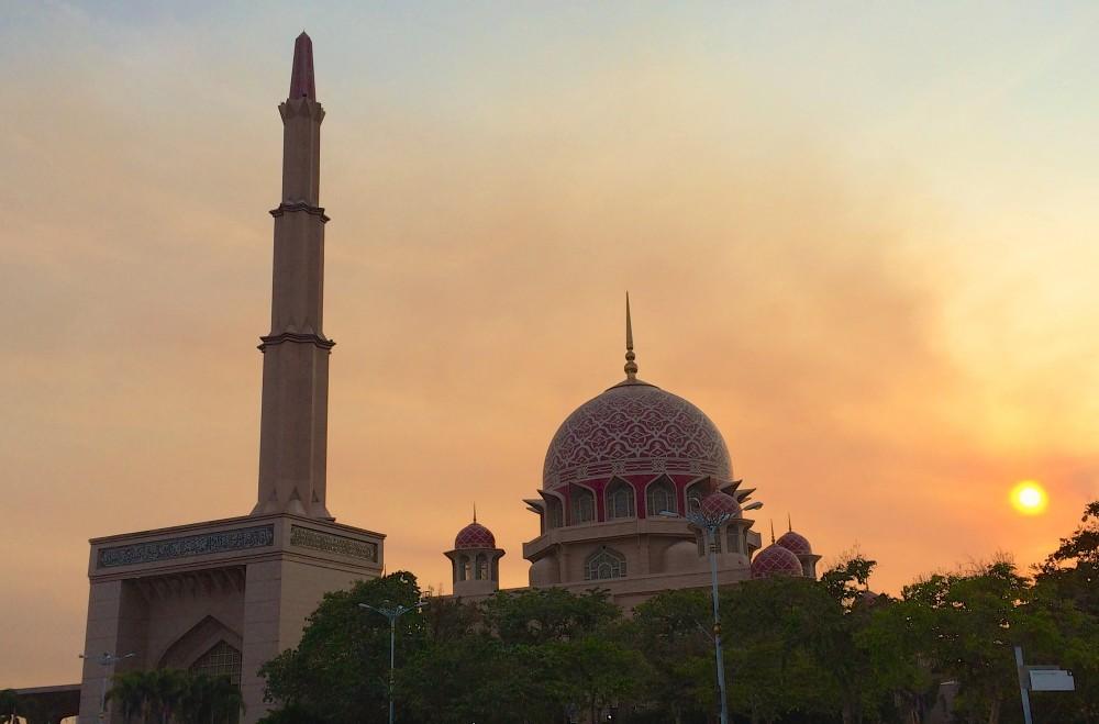 首相官邸のすぐ隣にあり、全体がピンク色で、とても華やかなモスク。ボランティアの現地大学生が中を案内してくれた。