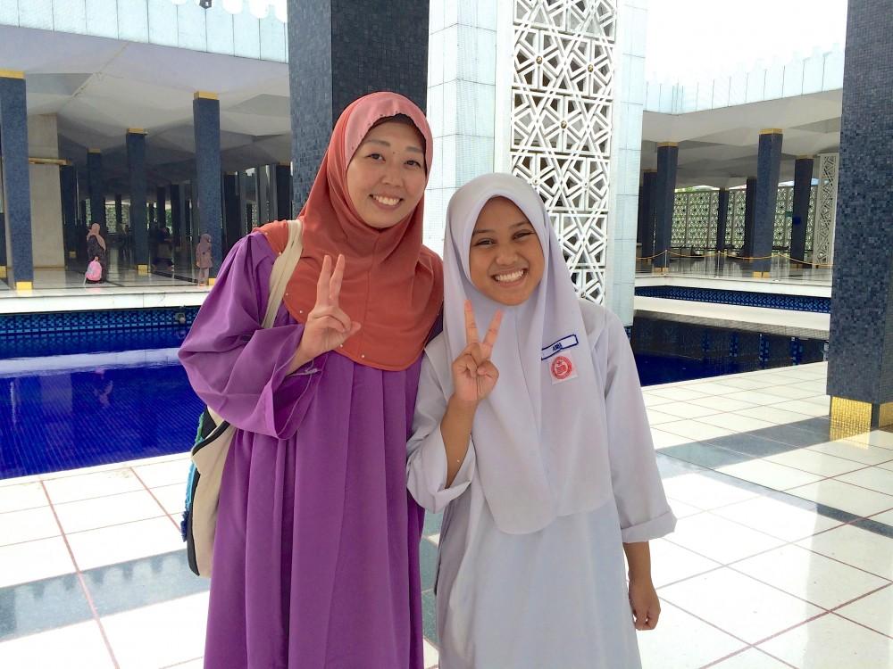 モスク内でイスラム教徒の少女と。私が日本人とわかり、テンション高く話しかけてきた女子学生。日本のマンガやビジュアル系バンドが大好きで、逆にいろいろ教えてくれた。とても可愛らしい子だった