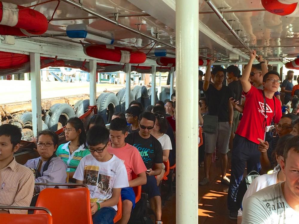 チャオプラヤ川を渡る定期船。ワット・アルンに行くときに乗った船。現地の人たちや観光客でいっぱい。船の中でお金を払うシステムが乗るまでわからなかった