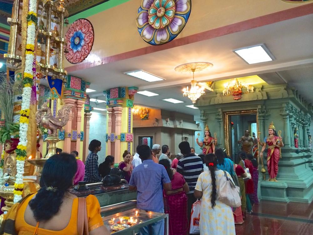 クアラルンプールの中華街の西側にあるヒンズー教寺院。インド系の人が多く参拝にきていた。中では楽器を演奏する人たちも見られた。