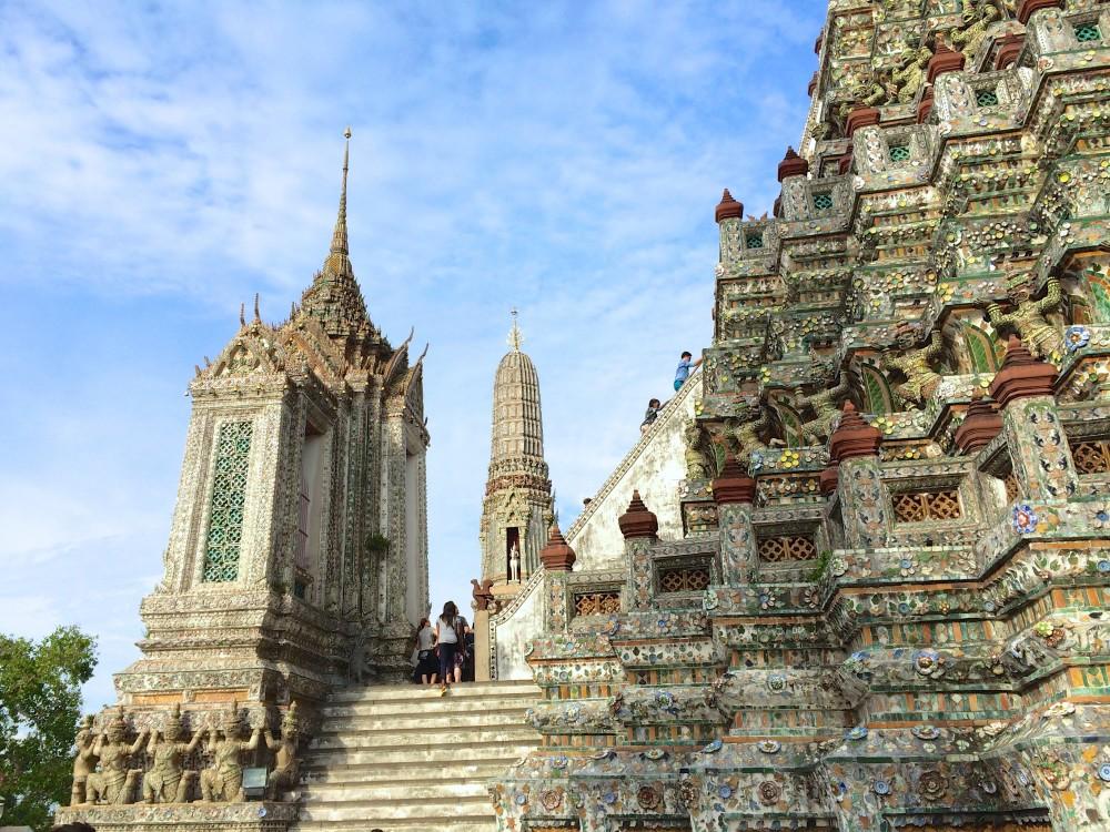 ワット・アルン。三島由紀夫の小説『暁の寺』の舞台。建物の上まで登ることができる。見晴らしがとても良く、バンコクの街を一望できるナイススポットでもある