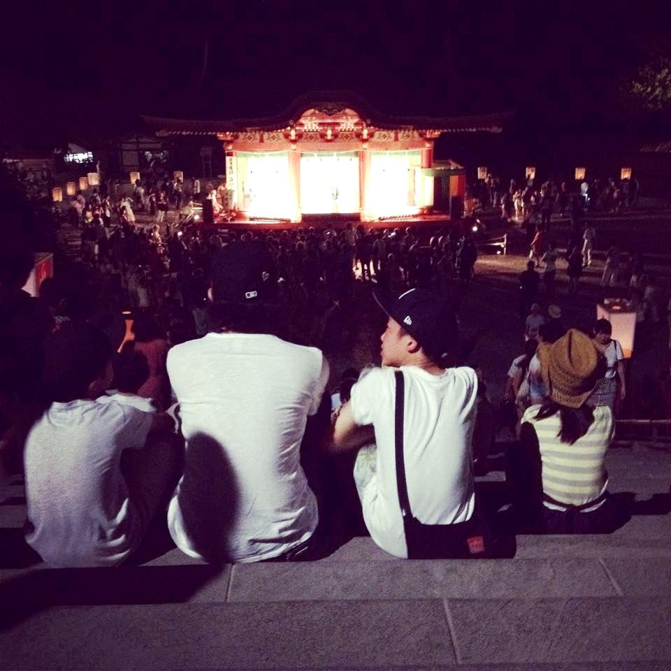 主人と子どもたちの背中。去年の夏。鎌倉の鶴岡八幡宮にて。