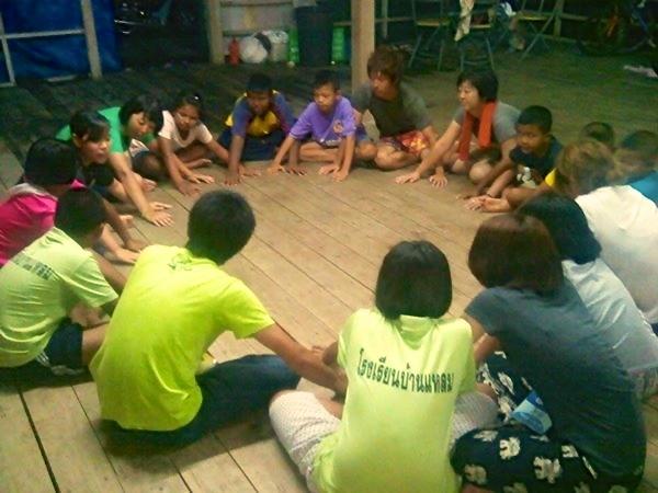子どもたちとゲーム」・・・言葉が通じなくたって何のその!みんなで楽しくゲームをやって大盛り上がり。
