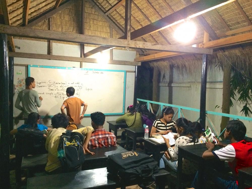 青空教室。ホテルの近くで毎晩のように無料開放されていた学校。子どもたちが熱心に英語を勉強していた