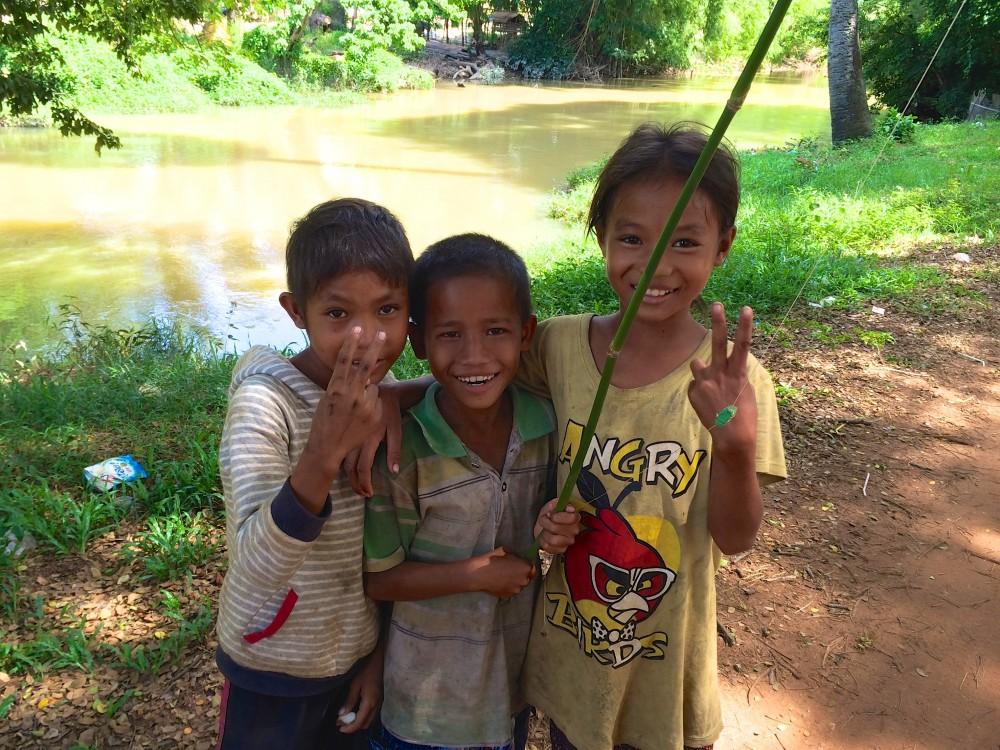 近所の子どもたち。近くの小川で釣りをして遊んでいた。カメラを向けると、みんなピースしてくれて、笑顔がとてもかわいい。