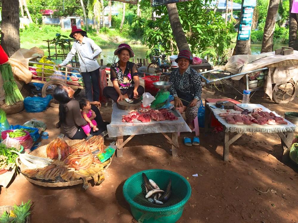 ローカルマーケット。肉や魚、野菜などが並んでいた。たくさんハエがたかっていて衛生面はかなり怪しいが、おばちゃんたちはお構いなしに談笑。