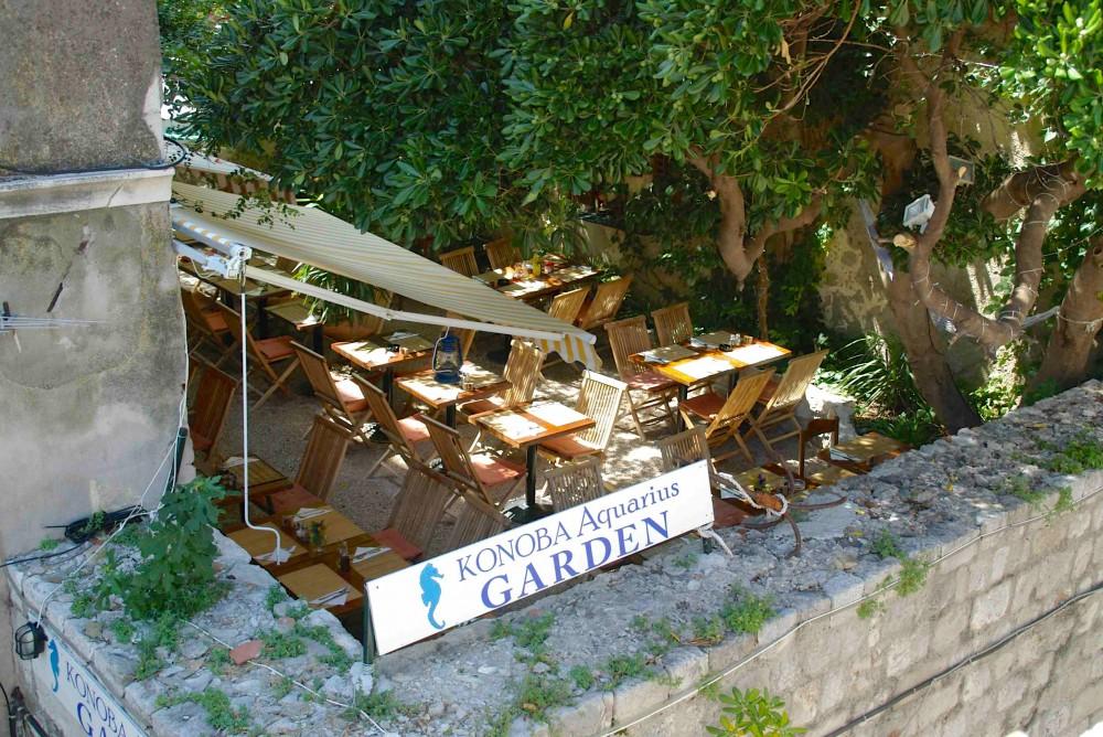 城壁を歩いていて見つけた気になるレストラン。木陰にひっそりと。