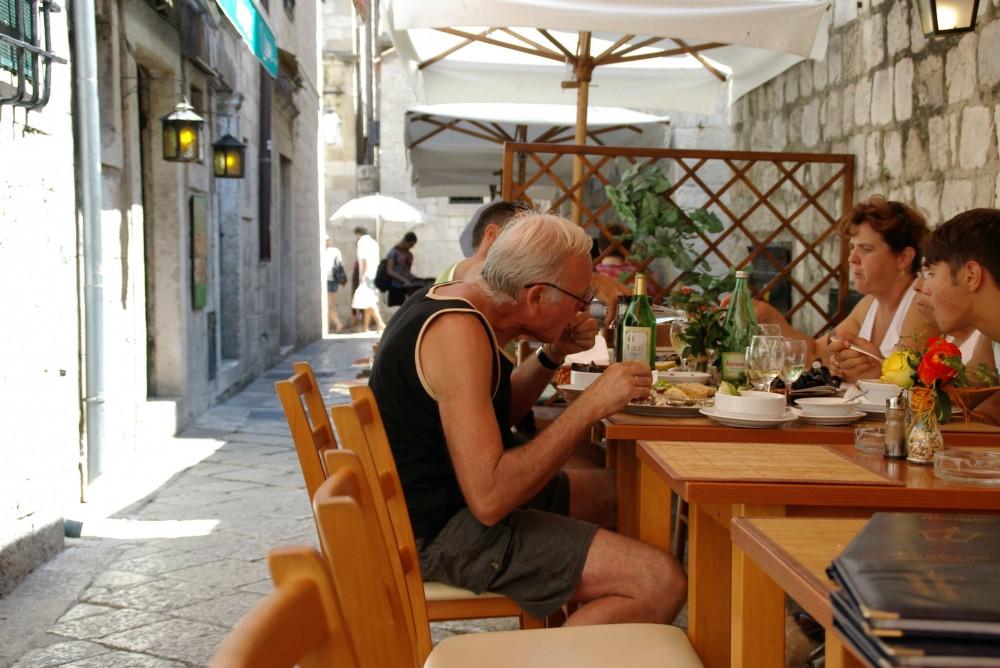 旧市街の街中を歩いていると、いい匂いの先にはたくさんのレストラン