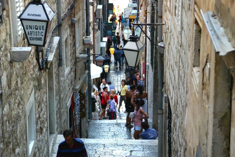 階段の多い旧市街。石の質感もまたすてき。
