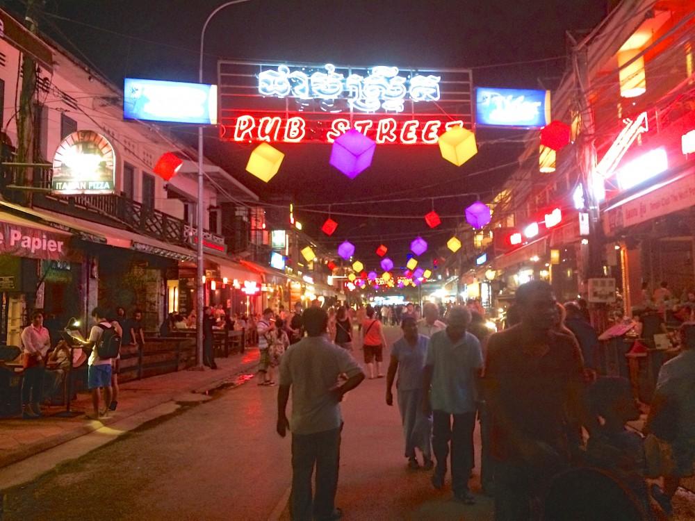 パブストリート。夜は昼以上に人が多く、どこのお店も観光客で大賑わい。カンボジア料理だけでなく、欧米系のレストランも多い。食事には全く困らなかった