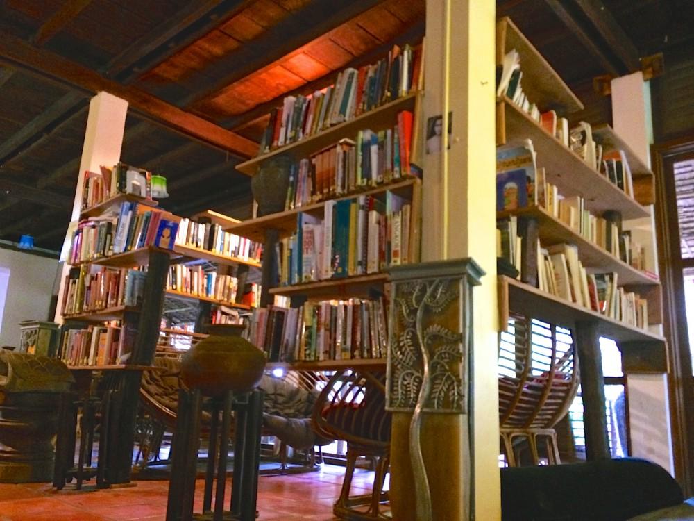 書籍コーナー。ヨガや料理関係の本がたくさんあった。自由時間にみんな読んだりしていた。