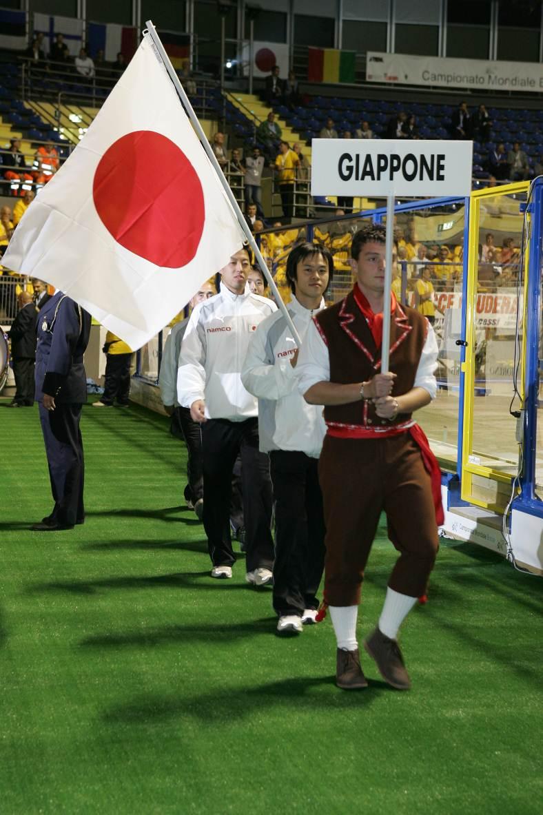 2005年トリノでの入場シーン。自ら国旗を掲げての入場だった