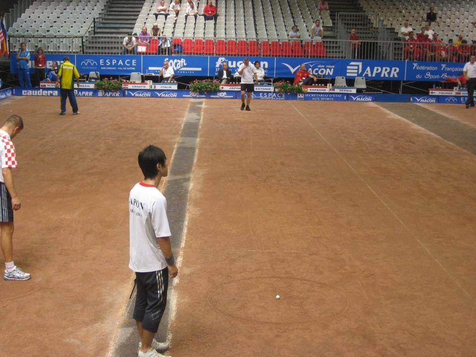 コートのイメージ。写真奥側から手前側の白い目標球(ビュット)に向かって投球する。