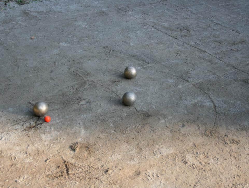 (この写真では)赤い目標球(ビュット)に近いボールを投げた側の得点になる。