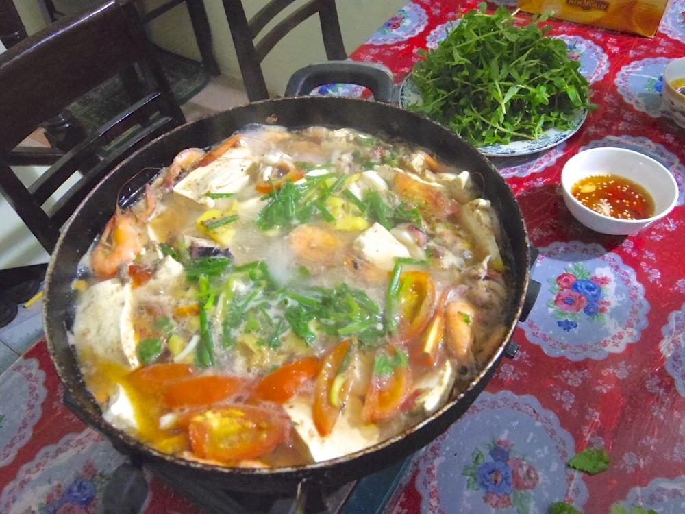 ベトナム風鍋料理。あっさりしていて美味!締めにごはんか麺かを選ぶのは、日本と同じだった
