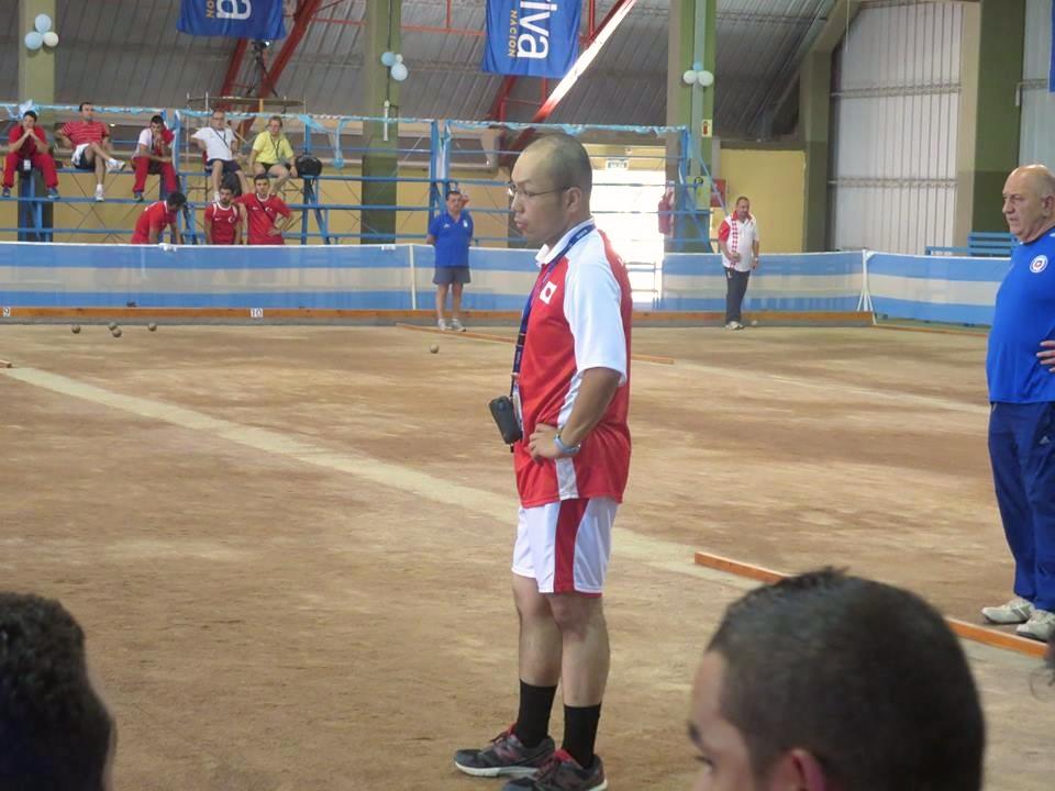 アルゼンチン世界選手権にて、他国選手の投球フォームを熱心に見入る弓倉。