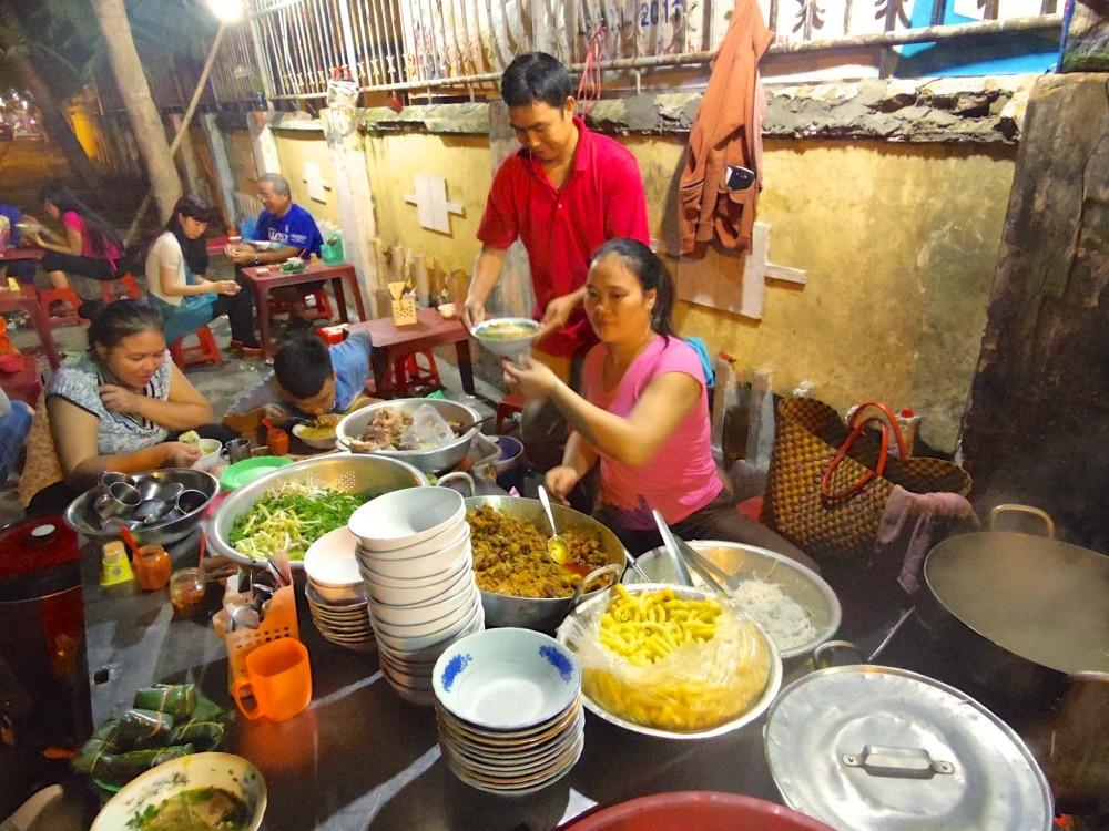 屋台。ベトナムは屋台の料理も安くて美味しくてオススメ!このお店では、フォーにたくさんの具を乗せて出してくれる