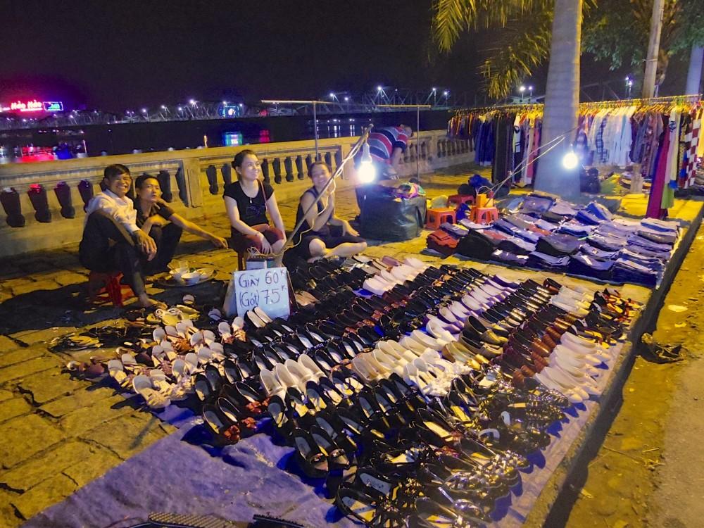 ナイトマーケット。ホテルの近くを流れる川辺で、毎晩、ナイトマーケットが開催されていた。食後にマイちゃんとぶらぶらお散歩。夜風が気持ちよかった