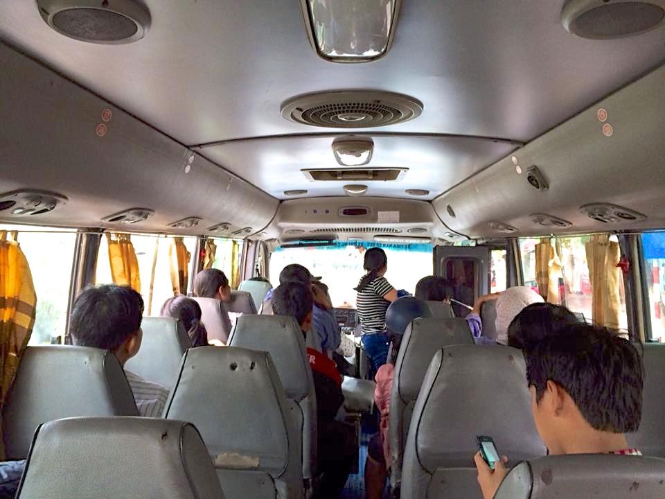 バス車内。確かに狭くて古くて汚い…(苦笑)。私が乗ったときはまだ空席が半分くらいあったけれど、数十分でこの車内はギュウギュウに…。